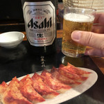 屋台安兵衛 - 《ビール・中瓶》600円 ※餃子はテーブルに貼られた写真ですw
