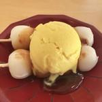96152161 - 団子アイス 400円(税込)                       みたらし/かぼちゃアイス