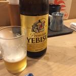 鳥伊勢 - 白木のカウンターには瓶ビールです 自分ではそう決めてます(笑)