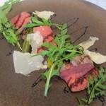 96157456 - 黒毛和牛もも肉のタリアータ。季節の野菜を添えて