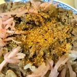 96172046 - 七味をたっぷりかけます。牛丼は、生姜、七味、生卵を加えることで初めて完成します(^^)。