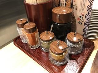 天麩羅処ひらお - カウンター上の調味料