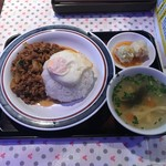 東銀座のタイ国屋台食堂 ソイナナ - ガパオ・ガイ・カイダーオ(680円)