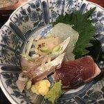 和楽庵 はなれ - さんま塩焼きとお刺身定食1000円。お刺身。 カツオ、あじ、白身の魚とホタテ焼き霜が盛り込まれていました。普通に美味しかったです(^。^)