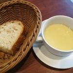 96194608 - まろやかでコク深いさつま芋のポタージュ、しっとりもちもち美味しい自家製パン