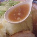 どすこい拉麺芝松 - スープは醤油味の強い背油豚骨です