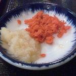 どすこい拉麺芝松 - ラーメンと一緒に出てきた紅生姜とおろしにんにく