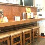 どすこい拉麺芝松 - カウンター10席くらいと、テーブル席が4席くらいかな