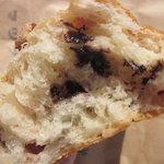 パンと喫茶 松波 - クランベリーとチョコと胡桃の断面