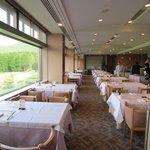阿蘇リゾート グランヴィリオホテルゴルフ場 - 店内はゴルフ場が一望できる大きな窓をサイドに配置した造りになってます
