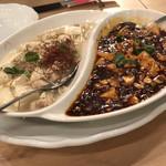 96202881 - 麻婆豆腐食べ比べ、白と黒。