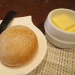 レストラン ツジ - 自家製ライ麦パンとバター