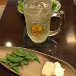 96211351 - ちょい飲みセット¥980の ドリンク(白角ハイボール)と枝豆(わさび風味)、チーズ甲州味噌漬け