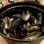 刻シラズ - ムール貝の白ワイン蒸し 1,380円