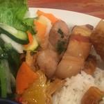 タン・カフェ - 揚春巻・揚豚もも肉五香粉風・鶏肉レモングラス炒め・小松菜炒め