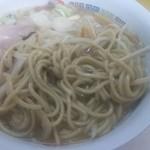 96224217 - ホープ軒の麺は黄土色した真ストレート太麺。昔はこの麺が太いなあと、珍しく食べるのが楽しみだった思い出が甦る。