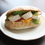 9624737 - グリーンサラダとカマンベールチーズのサンドイッチ360円