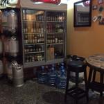 メゾン ドゥ ビエール - 奥の冷蔵庫の片っ端から飲みたいくらいのビールのボトル