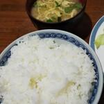 きさらぎ亭 - ご飯と味噌汁。量も多め。食べきる自信がないときは、少なめコールを!