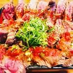 梅田肉料理 きゅうろく - お重に咲いた真っ赤な花模様。