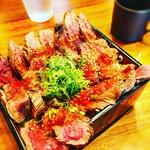 梅田肉料理 きゅうろく - 葱の緑と肉の赤がナイスコントラスト。