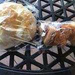 キャニス・ミノール - 塩パンチーズ80円、キャラメルクロワッサン100円。もっちりした生地の塩パンとチーズがよくあっていました。塩パンというより、塩だけのフォッカチオ、という表現がイメージに合うかも。。。