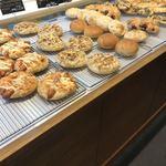 キャニス・ミノール - 店内。美味しそうなパンが並んでいます。総菜系が充実しているように見受けられました。