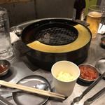 立喰☆焼肉 - 網の周りに鉄板焼のスペース