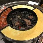 立喰☆焼肉 - 網の周りには韓国風茶碗蒸し、キムチ、チーズ