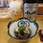 丸長寿司 - 中瓶ビール:550円、お通しの鰯煮