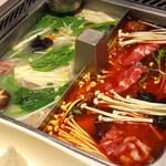 海底撈火鍋 - 鍋底は麻辣紅湯と白湯