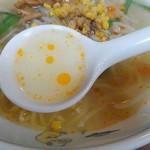 泰江飯店 - スープにラー油が浮かびます