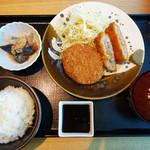 博多もつ鍋 やまや - 粗挽きメンチカツ定食 1,000円。