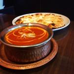 アジアンレストラン コピラ - チーズナンセット。カレーはマトンカレー