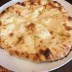 アジアンレストラン コピラ - チーズナンのアップ。はちみつで甘くされてます。