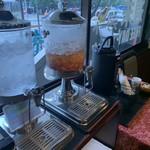 ジョイアルカレーサロン - セルフの水やコーヒー