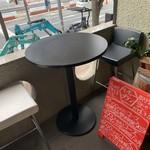 ジョイアルカレーサロン - 外にテーブルと椅子が?喫煙かな?