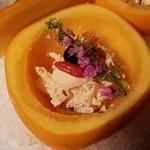 つたや季の宿 風里 - 和え物:柿をくり抜いて器にしています