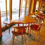 恵那寿や - 縦長スペース。栗型のテーブル