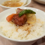 中華 大興 - 【ランチセット 酢豚@税込700円】酢豚をライスに乗せてみました。