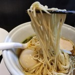 らーめん三極志 - 味玉醤油らーめんの麺リフト