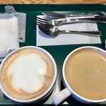 プロント - 先ずは飲み物だけ、自分で持っていきます!左側私の「カフェラテ」、右は相方の「アメリカン」♫