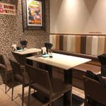 富士そば - 店内奥のテーブル席