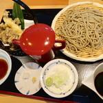 96322377 - 「季節のそば」は天然舞茸と海老の天婦羅、 冷にしたので、もりそば 膳のセンターにあるのは赤いポットの蕎麦湯(笑)