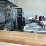 つけ麺・らーめん 辰寅 - カウンター内の厨房。奥にも有る様子。