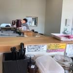 つけ麺・らーめん 辰寅 - 店内は明るい。
