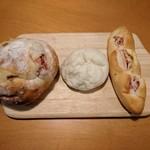 96325825 - りんごとアーモンド380円、ブルーベリークリームチーズ150円、ベーコンチーズ160円