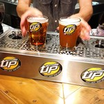 クラフトビールタップ グリル&キッチン - ボトムスアップ式ビールサーバー