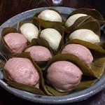 大口屋 - 料理写真:手前が季節限定の芋餡 奥が定番のヤツ