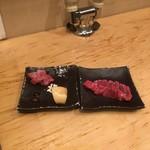 立喰い焼肉 治郎丸 - 左タン下真ん中マルチョウ右ブリスケ